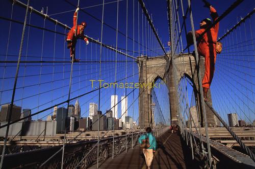 Most brukliński oraz Manhattan, Nowy Jork, 2000 rok, z istniejącymi jeszcze wieżami WTC. The Brooklyn Bridge and Manhattan, New York, 2000, with still existing WTC towers.
